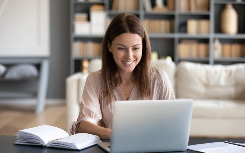 kvinna sitter med dator